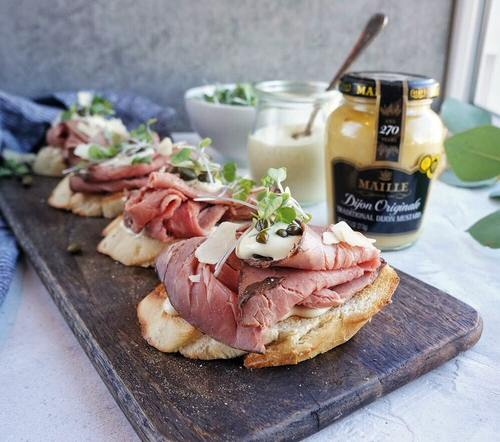 Roast beef crostini on serving board