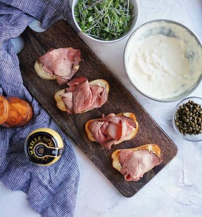 Topping crostini with roast beef